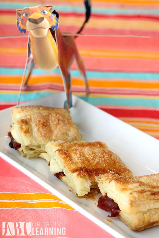 Easy Pastelillo de Guayaba y Queso - Guava and Cheese Pastry #DisneyJuniorFRiYAY